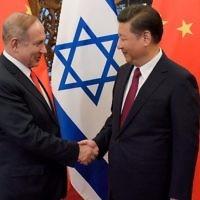 Le Premier ministre Benjamin Netanyahu et le président chinois  Xi Jinping, (à droite), se serrent la main à la résidence des visiteurs officiels de l'Etat de  Diaoyutai à Pékin, le 21 mars 2017. (Crédit : Etienne Oliveau/Pool/ AFP Photo)