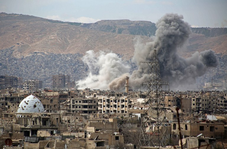 Vue générale du quartier rebelle de Jobar, à l'est de la capitale syrienne Damas, après une frappe aérienne, le 21 mars 2017. (Crédit : Ammar Suleiman/AFP)