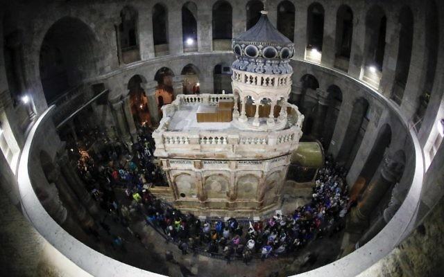 L'Edicule du Tombeau de Jésus après sa restauration, dans l'église du Saint-Sépulcre de la Vieille Ville de Jérusalem, le 21 mars 2017. (Crédit : Thomas Coex/AFP)