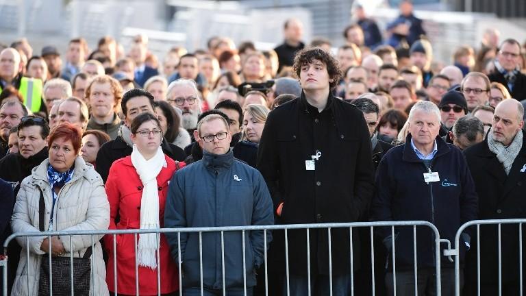 Les employés de l'aéroport international de Bruxelles pendant la cérémonie de commémoration du premier anniversaire des attentats, le 22 mars 2017. (Crédit : Emmanuel Dunand/AFP)