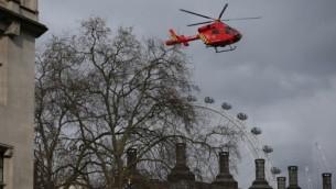 Un hélicoptère survole Portcullis House, près du Parlement, en plein coeur de Londres, le 22 mars 2017. (Crédit : AFP PHOTO / Daniel LEAL-OLIVAS)