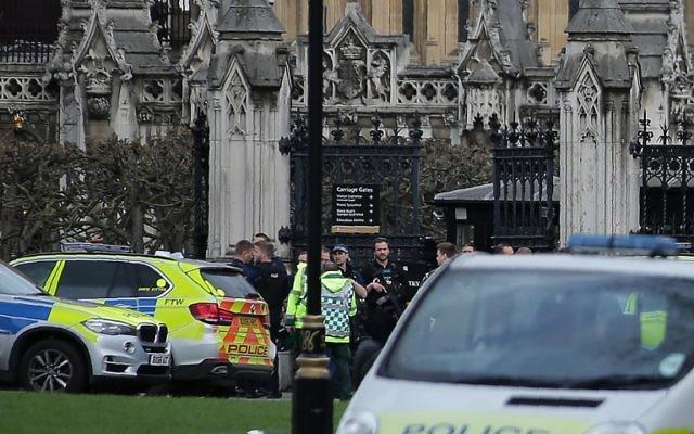 Policiers armés déployés devant Carriages Gate, l'une des entrée du Parlement en plein cœur de Londres, après une attaque terroriste, le 22 mars 2017. (Crédit : Daniel Leal-Olivas/AFP)
