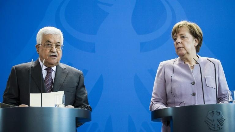La chancelière allemande Angela Merkel, à droite, et le président de l'Autorité palestinienne Mahmoud Abbas lors d'une conférence de presse à Berlin le 24 mars  2017. (Crédit : Odd Andersen/AFP)