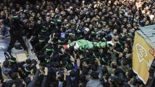 Le corps de Mazen Foqaha, responsable du Hamas, pendant ses funérailles, est porté par les membres des brigades Ezzedine al-Qassam, la branche armée du Hamas, à Gaza Ville, le 25 mars 2017. (Crédit : Mahmud Hams/AFP)