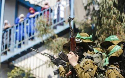 Des membres de la branche armée du Hamas pendant les funérailles de Mazen Foqaha à Gaza Ville, le 25 mars 2017. (Crédit : Mahmud Hams/AFP)
