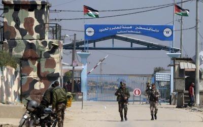 Les forces de sécurité du Hamas au point de passage d'Erez, dans le nord de la bande de Gaza, après sa fermeture par le mouvement terroriste, le 26 mars 2017. (Crédit : Mahmud Hams/AFP)