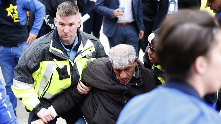 La police sauve un manifestant pendant des affrontements entre manifestants contre l'AIPAC et ses partisans à Washington, D.C., le 26 mars 2017. (Crédit : Andrew Biraj/AFP)