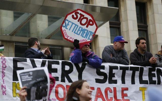 Manifestants anti-implantations devant le centre de conférence de Washington où se déroule la conférence politique annuelle de l'AIPAC, le 26 mars 2017. (Crédit : Andrew Biraj/AFP)