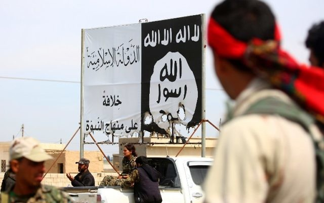 Les Forces démocratiques syriennes (FDS), composées de combattants arabes et kurdes, sous la bannière du groupe Etat islamique dans la ville d'Al-Karamah, à 26 km de Raqqa, qui vient d'être reprise au groupe terroriste, le 26 mars 2017. (Crédit : Delil Souleiman/AFP)