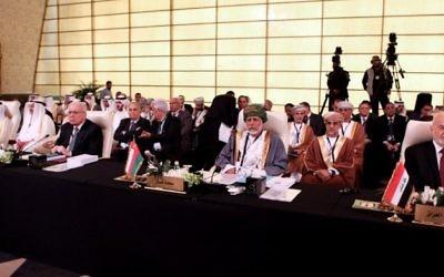 Les délégations palestinienne, à gauche, d'Oman, au centre, et irakienne, à droite, pendant les réunions de préparation du 28e sommet de la Ligue arabe, en Jordanie, le 27 mars 2017. (Crédit : Ahmad Abdo/AFP)