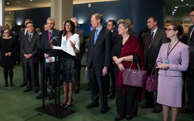 Nikki Haley, ambassadrice américaine auprès des Nations unies, au centre, à New York, le 27 mars 2017. (Crédit : Don Emmert/AFP)
