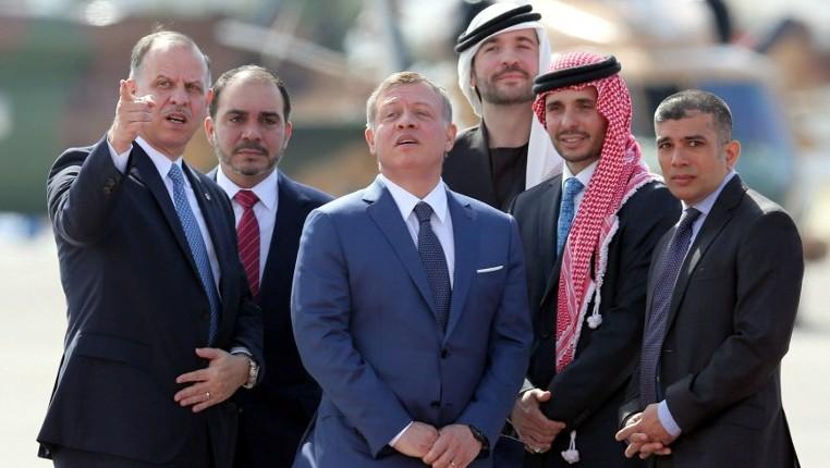 Le roi Abdallah II de Jordanie, au centre, avec ses frères le prince Faisal, à gauche, kle prince Ali, 2e à gauche, le prince Hamzeh, 2e à droite, le prince Hashem, 3e à droite, et leur cousin le prince Rashed avant l'arrivée du roi Salmane d'Arabie saoudite pour le 28e sommet de la Ligue arabe en Jordanie, le 27 mars 2017. (Crédit : Khalil Mazraaqi/AFP)