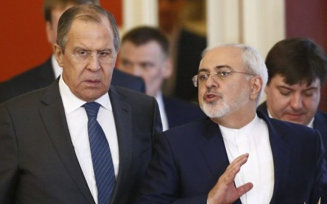 Le ministre russe des Affaires étrangères Sergei Lavrov, à gauche, et son homologue iranien Mohammad Javad Zarif, avant une conférence de presse conjointe de leurs présidents au Kremlin, à Moscou, le 28 mars 2017. (Crédit : Sergei Karpukhin/Pool/AFP)
