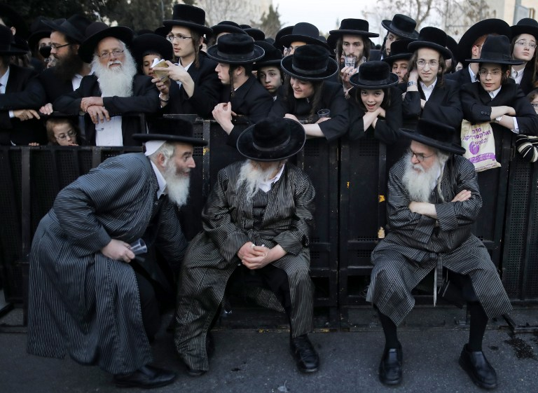 Manifestation de Juifs ultra-orthodoxes contre le service militaire, dans le centre de Jérusalem, le 28 mars 2017. (Crédit : Menahem Kahana/AFP)