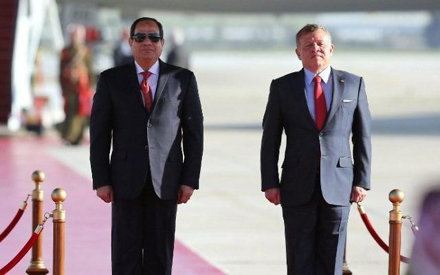 Le roi de Jordanie Abdallah II, à droite, et le président égyptien Abdel Fattah al-Sissi à l'aéroport international Reine Alia à Amman, en Jordanie, le 28 mars 2017. (Crédit : Khalil Mazraawi/AFP)