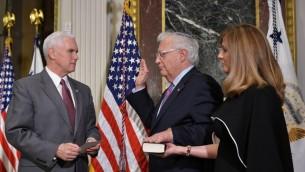 Le vice-président américain Mike Pence, à gauche, fait prêter serment à David Friedman, au centre, nouvelle ambassadeur des Etats-Unis en Israël, en présence de son épouse Tammy, à Washington, D.C., le 29 mars 2017. (Crédit : Mandel Ngan/AFP)