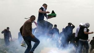 Des manifestants palestiniens pendant la Journée de la Terre, dans le village de Madama, au sud de Naplouse, en Cisjordanie, le 30 mars 2017. (Crédit : Jaafar Ashtiyeh/AFP)