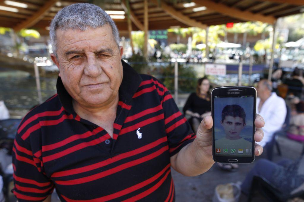 Après un bain dans les sources chaudes de Hamat Gader, Hamudi Ali, 67 ans, montre la photo de son fils Ahmad, tué dans la bande de Gaza, en 2003 ; le 20 février 2017. (Crédit : autorisation)