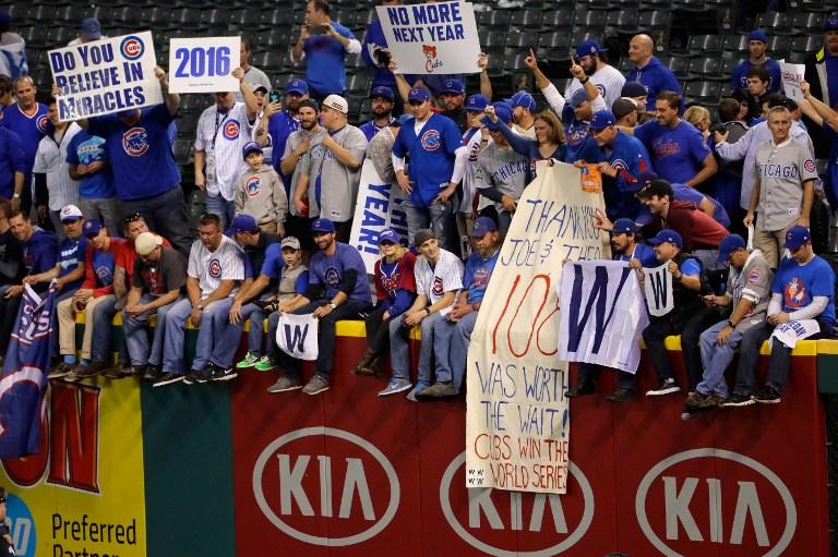 Les fans des Chicago Cubs se réjouissent après la victoire des Cubs face aux Indians de Cleveland Indians 8 à 7 dans le match  7 du championnat national 2016 à  Progressive Field le 2 novembre 2016 à Cleveland, Ohio. Les Cubs ont remporté leur premier championnat depuis 108 ans. (Crédit : Jamie Squire/Getty Images/AFP)