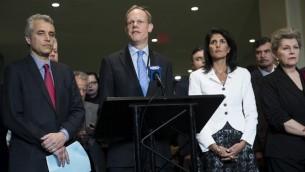 Matthew Rycroft, l'ambassadeur britannique auprès des Nations unies, au centre, pendant une conférence de presse depuis le siège de l'ONU, à New York, le 27 mars 2017. (Crédit : Drew Angerer/Getty Images/AFP)
