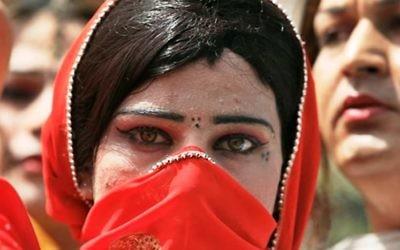 Une Pakistanaise couvrant son visage en Arabie saoudite. Illustration. (Crédit : capture d'écran YouTube)