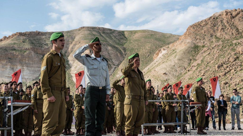 Les soldats - femmes et hommes - du Bataillon des lions de la vallée du Jourdain pendant une cérémonie de prestation de serment le 18 février 2015 (Crédit : Service de communication de l'armée israélienne/Flickr)