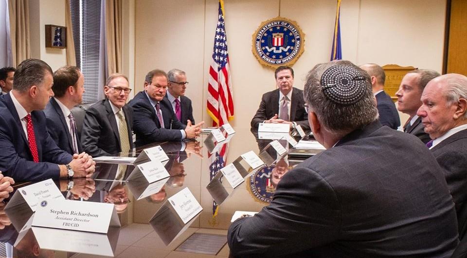 Les dirigeants de la communauté juive américaine et le directeur du FBI, James Comey, le 3 mars 2017. (Crédit : Association des centres communautaires juifs d'Amérique du Nord)