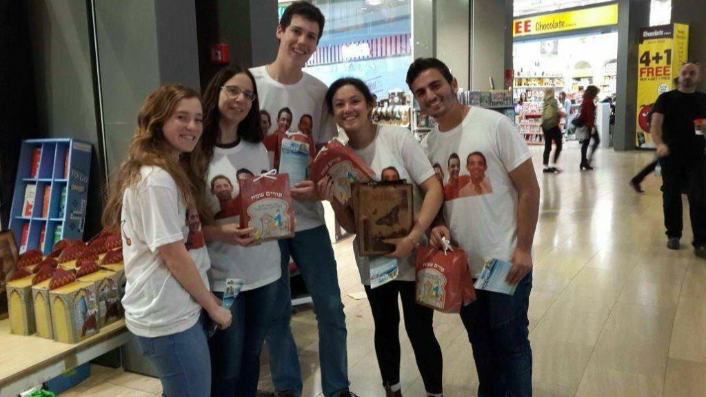 Les bénévoles de Jewish Connection à l'aéroport Ben Gurion, en mars 2017. (Crédit : autorisation)