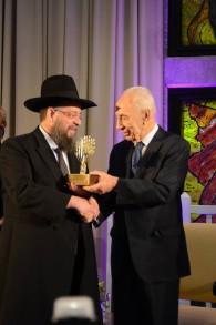 Rabbin Yeshayahu Heber reçoit la médaille présidentielle du Bénévole de l'année 2014 des mains de Shimon Peres (Crédit : Matnat Haim/Facebook)