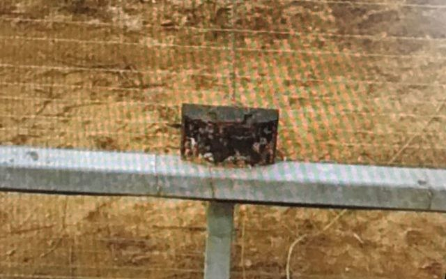 L'un des deux engins explosifs improvisés repérés et désamorcés par l'armée israélienne au nord de la barrière de sécurité de la bande de Gaza, le 7 mars 2017. (Crédit : unité des porte-paroles de l'armée israélienne)