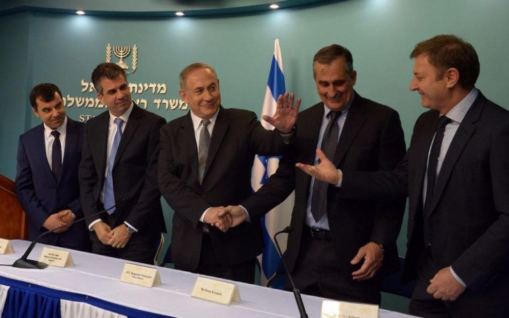 Le Premier ministre Benjamin Netanyahu, 3e à gauche, avec le président directeur général d' Intel Corp., Brian Krzanich, à sa gauche, et les fondateurs de Mobileye Amnon Shashua  et Ziv Aviram , 1er à gauche et 1er à droite.  (Crédit : Haim Zach/GPO)
