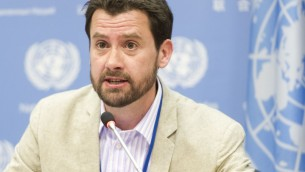 Richard Connor, rédacteur du rapport sur le traitement des eaux usées des Nations unies, pendant une conférence de presse, à New York, le 30 mars 2015. (Crédit : Mark Garten/Nations unies)