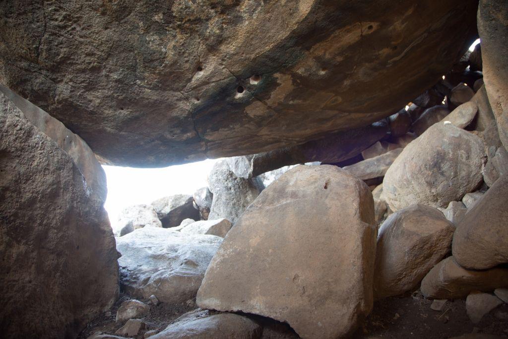 Vue depuis l'intérieur du dolmen âgé de 4 000 ans découvert en Galilée. (Crédit : Shmuel Magal/Autorité israélienne des Antiquités)