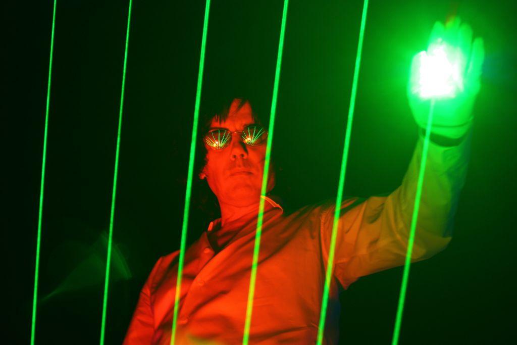 Jean-Michel Jarre et sa célèbre harpe laser. (Crédit : AeroProductions)