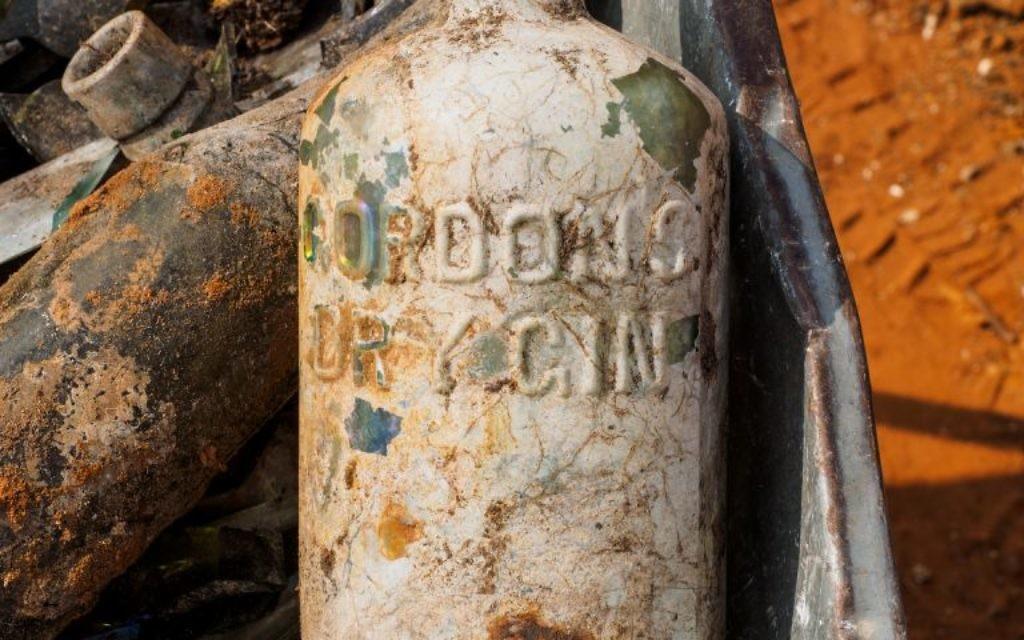 Un bouteille de Gordon's Dry Gin trouvée près de Ramle, sur une base militaire britannique de la Première Guerre mondiale, en mars 2017. (Crédit : Assaf Peretz/Autorité israélienne des Antiquités)