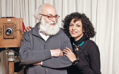 Adolfo Kaminsky avec sa fille et sa biographe Sarah Kaminsky. (Crédit : Amit Israeli)