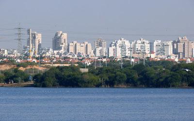 Illustration. Vue de la ville et du lac de Rishon Lezion. (Crédit : CC BY SA 3.0)