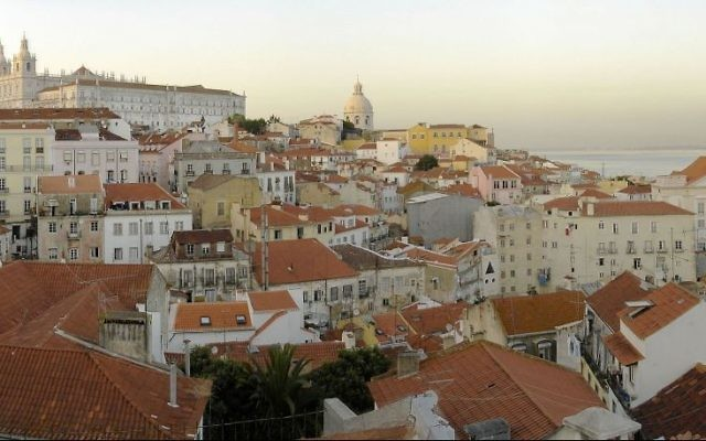 Une vue du quartier Alfama depuis Miradouro de Santa Luzia. (Crédit : CC BY 2.0 Miguel Vieira/Wikipedia)