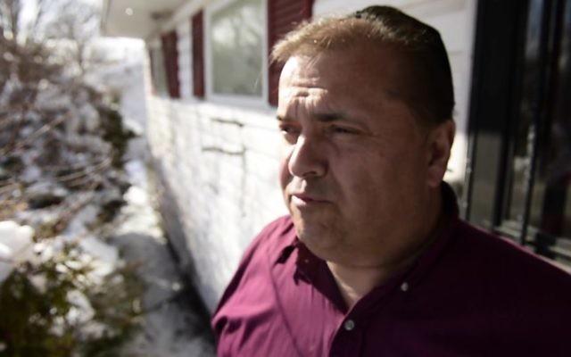 Andrew King a été arrêté le 20 mars 2017 pour avoir faussement affirmé que des croix gammées avaient été dessinées sur sa maison, le 10 février 2017. (Crédit : capture d'écran Daily Gazette)