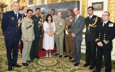 La barone Sayeeda Warsi, au centre, lors d'une cérémonie commémorant les 175 hommes d'outre-mer qui ont remporté l'honneur militaire le plus élevé de la Grande-Bretagne, la Croix de Victoria, pour leur service pendant la Première Guerre mondiale, le 26 juin 2014 (Crédit : Foreign and Commonwealth Office / Wikipedia)