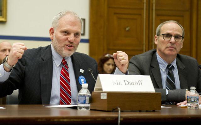 William Daroff, à gauche, le directeur à Washington des Fédérations juives d'Amérique du nord, et Michael Feinstein, directeur d'un centre communautaire juif de la banlieue de Washington, témoignent devant un sous-comité de la Chambre, le 16 mars 2017 (Crédit : Ron Sachs)