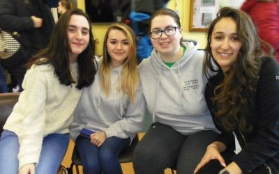 Les membres de l'Israel Society de la Maynooth University Sonia Tagamlitsky, Louiza Vasiliu, Enya Harrison et Sara Epstein. (Crédit : Michael Riordan/Times of Israel)