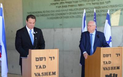Andrew Cuomo et Reuven Rivlin (d), le 5 mars 2017 à Yad Vashem (Crédit : Mark Neiman / GPO)