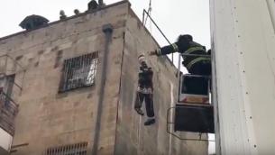 Des Juifs ultra-orthodoxes ont symboliquement pendu des mannequins de soldats dans les rues d'un quartier religieux de Jérusalem, le 13 mars 2017. (Crédit : capture d'écran YouTube)