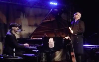Pascal Obispo a surpris les ans d'Idan Raichel en se produisant aux côtés de la star israélienne sur la scène du New Morning (Crédit : capture d'écran YouTube)