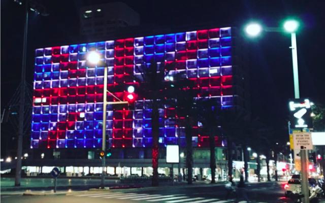 La mairie de Tel Aviv aux couleurs du Royaume Uni, le 22 mars 2017 (Crédit : Stéphanie Bitan/Times of Israel)