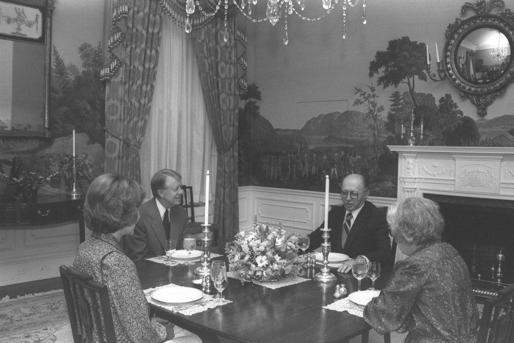 Dîner entre le président américain Jimmy Carter, Rosalyn Carter, le Premier ministre Menachem Begin et son épouse à la veille de la signature du traité de paix avec l'Egypte. (Crédit : David Rubinger/collection de la Knesset)