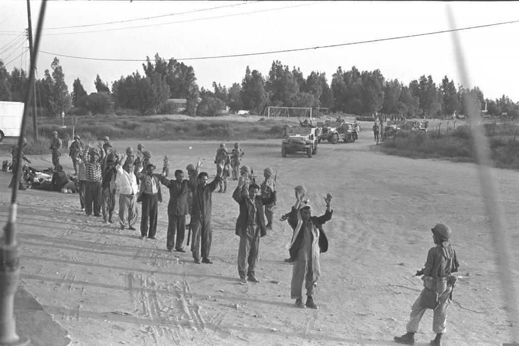 Egyptiens capturés dans le désert du Sinaï à la fin de la guerre de Kippour en 1973. (Crédit : David Rubinger/collection de la Knesset)