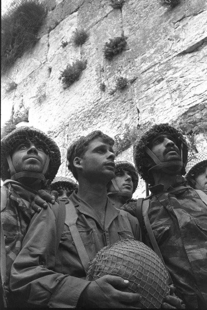 L'emblématique cliché de trois parachutistes après la reconquête du mur Occidental, en juin 1967. (Crédit : David Rubinger/collection de la Knesset)