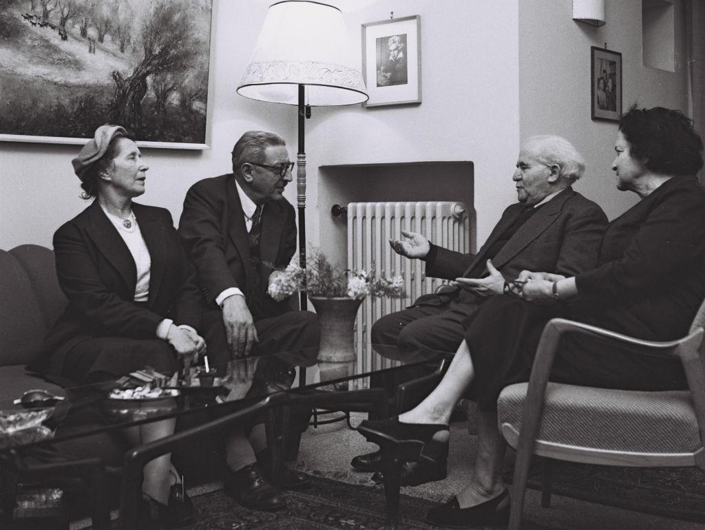David Ben Gurion et son épouse Paula, avec le politique français Jules Moch et son épouse en 1957. (Crédit : David Rubinger/collection de la Knesset)